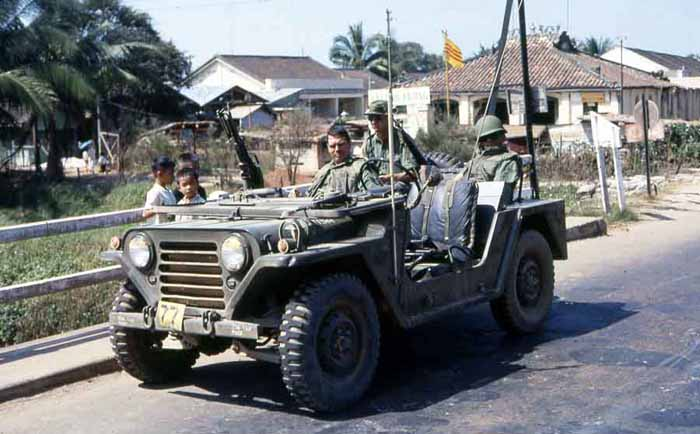 Phuoc Le bridge. Kids checking out USAF QRT with M60. MSgt Summerfield, 1969: 08
