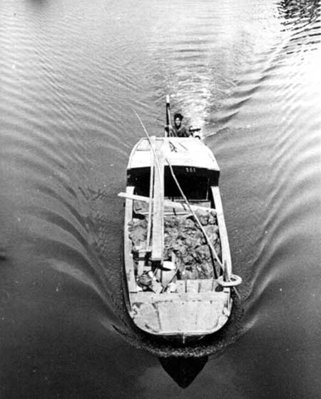 7. River boatman hauling cargo. Photo by Kailey Wong, 1967-1968.